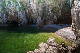 Vrbnik - pláž Podkovač - Krk, Chorvátsko
