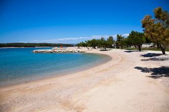 Piesočnato-kamienková pláž Punat - ostrov Krk, Chorvátsko