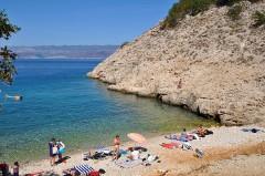 Pláž na ostrove Vrbnik, Krk - Chorvátsko