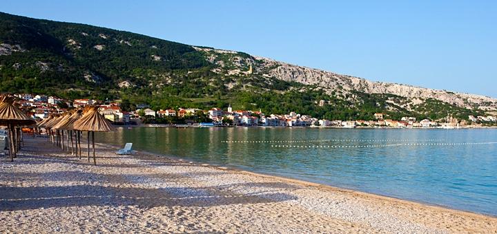 Piesočnato-kamienková pláž v Baške - Krk, Chorvátsko