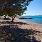 Punat - písčitooblázková pláž, ostrov Krk, Chorvatsko