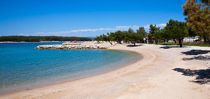 Punat - pláž na ostrově Krk, Chorvatsko
